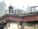"""Nghệ An: Rùng mình qua cây cầu """"13 tuổi""""... xuống cấp nghiêm trọng!"""