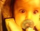 Hài hước vẻ kinh ngạc của bé khi lần đầu đi xuyên hầm