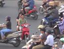"""Kiểu sang đường """"tự đâm đầu vào rắc rối"""" ở Hà Nội"""