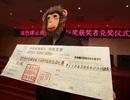 Đeo mặt nạ khỉ khi nhận giải thưởng xổ số 17 triệu USD