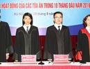Thẩm phán chính thức mặc trang phục áo dài tay khi xét xử