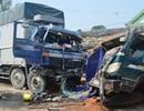 Xe tải đấu đầu, tài xế và phụ xe mắc kẹt trong cabin
