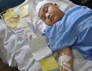 Mẹ xót xa ôm nghìn cánh hạc giấy mong cầu sự sống cho con