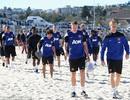 """Man Utd """"luyện công"""" trên bãi biển trước khi rời Australia"""