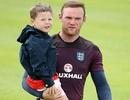 Con trai Rooney theo chân bố đến trại tập luyện