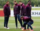 """Rooney cùng các đồng đội chăm chỉ """"cày ải"""" trên sân tập"""
