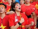 Nữ cổ động viên Việt Nam trút lệ trên sân Sports Hub