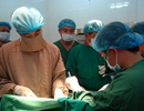 Cận cảnh quá trình phẫu thuật tách 2 bé song sinh dính bụng