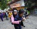 Con dâu cõng mẹ chồng đi lễ Chùa Hương