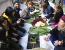 Hà Nội: Sinh viên nước ngoài gói bánh chưng Tết với người khuyết tật