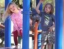 Hai nhóc sinh đôi nhà Jolie - Pitt đi chơi công viên