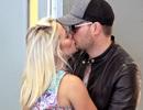 Vợ chồng ca sỹ Michael Bublé tình tứ hôn nhau tại sân bay