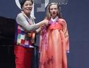 Amanda Seyfried duyên dáng mặc thử Hanbok Hàn Quốc