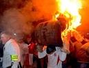 Hàng ngàn người chạy theo thùng lửa rực cháy trong ngày hội lạ