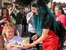 Em cô Kim mang mái tóc xanh tham gia hoạt động xã hội