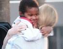 Charlize Theron cưng chiều con nuôi da màu