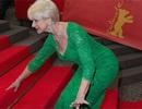 """""""Sao"""" kỳ cựu người Anh vấp ngã trên thảm đỏ"""