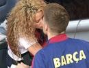 """Shakira hôn """"phi công trẻ"""" trên sân vận động"""