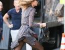 Karlie Kloss hớ hênh khi dạo phố