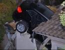 Xe BMW X3 đâm xuyên nóc nhà, tài xế bỏ trốn