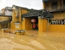 Phố cổ Hội An vẫn bị bủa vây bởi nước lũ