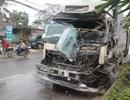 Xe tải đâm đuôi xe khách, tài xế mắc kẹt trong cabin