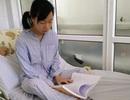 Nữ sinh vừa truyền nước vừa ôn thi trên giường bệnh