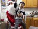 Giám đốc kinh doanh Elmich đóng vai ông già Noel đến tặng quà khách hàng tại Hà Nội