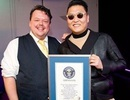 """Cha đẻ của """"Gangnam Style"""" khoe chứng nhận kỷ lục thế giới"""