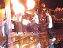 Clip: Thành viên của nhóm One Direction bị dính lửa trên sân khấu