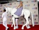 Lady Gaga cưỡi ngựa, Ciara diện váy xuyên thấu tới lễ trao giải