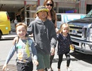 Pax Thiên vui vẻ đi mua sắm cùng gia đình