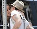 Johnny Depp hôn bạn gái say đắm qua cửa kính ô tô