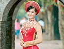 Sắc đỏ áo dài nổi bật trong mùa thu Hà Nội