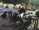 Dân mạng xúc động ảnh người dân nhặt dâu bị đổ giúp người bán hàng rong
