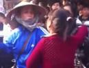 Choáng với clip thiếu nữ đánh nhau với phụ huynh chốn đông người