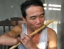 Dân mạng thán phục người đàn ông cụt tay trổ tài thổi sáo