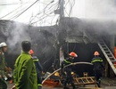 Hà Nội: Hai xưởng gỗ phát hỏa trong mưa
