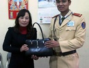 Hà Nội: CSGT trả lại nhiều tài sản cho người đánh rơi