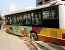 Xe buýt sụt hố ga ngay sát hiện trường vụ sập giàn giáo