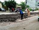 Hà Nội: CSGT dọn bùn thải phủ kín mặt đường