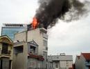 Hà Nội: Khách nháo nhác chạy ra từ khách sạn bốc cháy