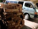 Gặp CSGT, tài xế xe biển xanh chở gỗ lậu vứt xe bỏ trốn
