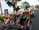 Du khách thích thú ngắm phố phường Đà Nẵng trên xe xích lô