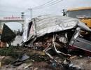 Xe khách nát bét sau tai nạn, ít nhất 12 người nhập viện