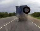 """Cú """"ra đòn"""" bất ngờ của xe tải"""