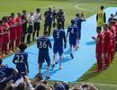 Các cầu thủ Liverpool xếp hàng chào đón nhà vô địch Chelsea