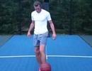 Gareth Bale trổ tài chơi bóng rổ bằng... chân
