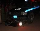Hai người bị cuốn vào gầm ô tô cảnh sát 113