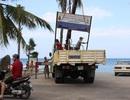 """Tháo dỡ hàng loạt biển """"cấm xâm phạm"""" trên bãi biển Nha Trang"""